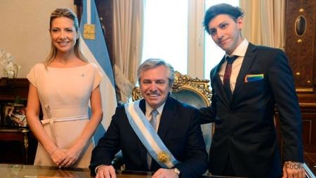 Сын нового президента Аргентины пришел на инаугурацию отца с радужным платком